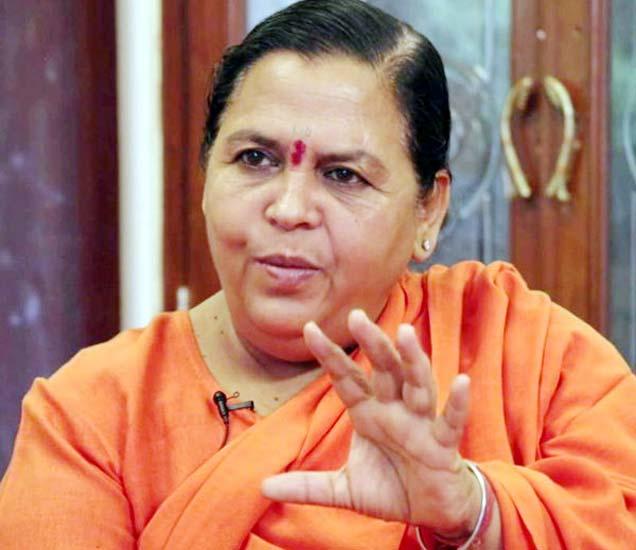 उमा भारती म्हणाल्या, सपा-बसपाने राज्यात सत्ता उपभोगताना भ्रष्टाचार आणि घोटाळे करत राज्याला किमान 25 वर्षे मागे लोटले आहे. (फाइल) - Divya Marathi