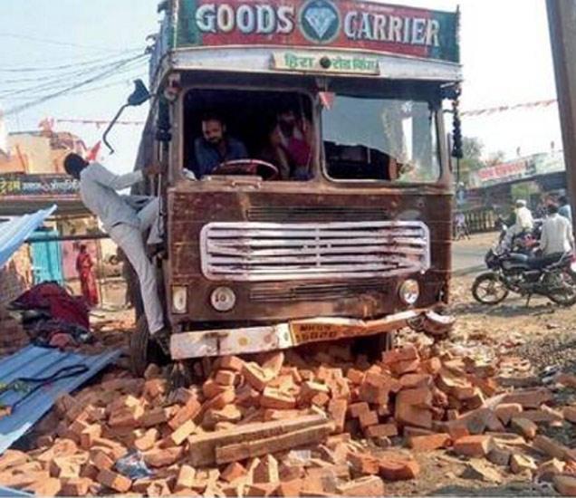 धारूरहुन केज शहरात आलेला भरधाव ट्रक एका विटाच्या सेडमध्ये घुसल्याने नुकसान झाले. छाया : संतोष गालफाडे - Divya Marathi