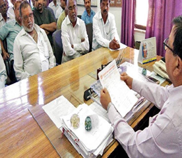 कामगार उपायुक्त दाभाडे यांच्याशी चर्चा करताना बीसीएलचे कामगार. - Divya Marathi