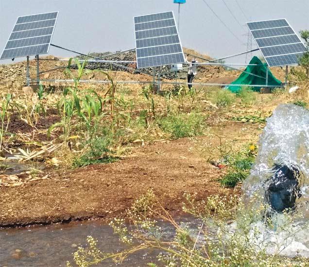 सौरऊर्जेच्या मदतीने शेतीला पाणी पुरवठा करण्यात येत आहे. - Divya Marathi