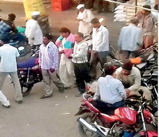 लायननगर भागातील देशी दारू दुकानासमोरची गर्दी. - Divya Marathi
