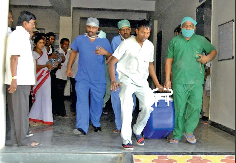 अश्विनी ग्रामीण रुग्णालयातून ठरलेल्या वेळेत 'हृदय' पोहोचवण्यासाठी सर्वांच्याच हृदयाचे ठोके वाढले होते. - Divya Marathi