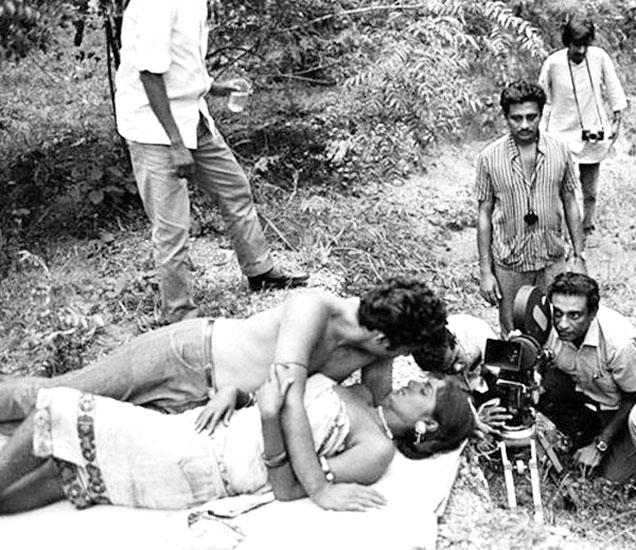 एका सिनेमातील इंटीमेट सीनचे शूटिंग करताना सिमी ग्रेवाल. - Divya Marathi