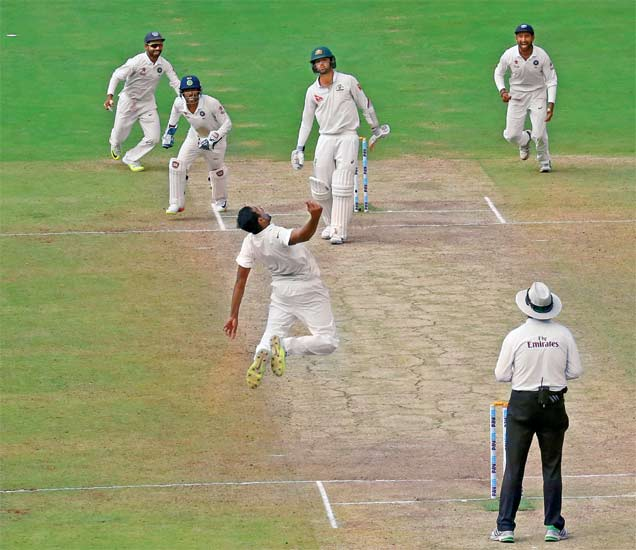 अॉस्ट्रेलियाच्या नॅथन लॉयनला स्वत:च्या गोलंदाजीवर झेलबाद केल्यानंतर विजय निश्चित होताच अश्विनने हवेत उडी मारून असा जोरदार जल्लोष केला. - Divya Marathi