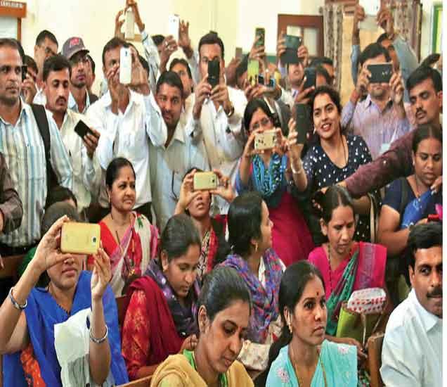 शिक्षणहक्क प्रवेश साेडत सुरू हाेताच पालकांनी अापल्या माेबाइल कॅमेरे सुरू करत साेडत क्रमांकांचे छायाचित्रण सुरू केले. - Divya Marathi