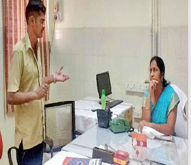 वैद्यकीय अधीक्षक डॉ. जवादे यांच्याकडे आपली कैफियत मांडताना शिपाई तांबे. - Divya Marathi