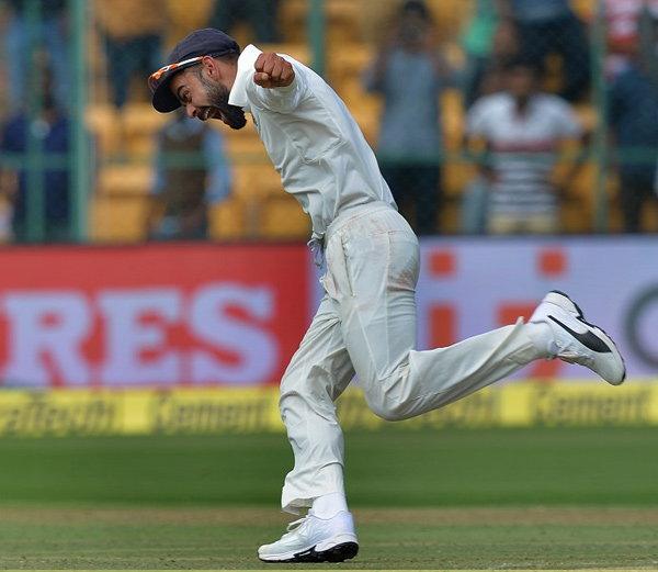 बंगळुरू कसोटी जिंकताच कर्णधार विराट कोहली असा विमानासारखा उडत मैदानात पळत सुटला. - Divya Marathi