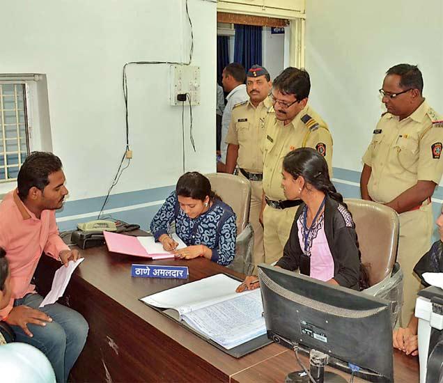 परभणीच्या नवा मोंढा पोलिस ठाण्याचा कारभार शिवाजी विधी महाविद्यालयाच्या विद्यार्थिनींनी पाहिला. मुलींनी पोलिसांच्या सर्व भूमिका वठवत गुन्हा दाखल करून घेतला. छाया : योगेश गौतम - Divya Marathi