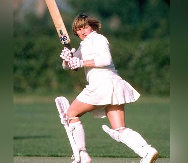 एनिड बेकवेलने आपल्या डेब्यू कसोटीत शतक ठोकले होते. आपल्या करियरमध्ये तिने 12 कसोटी खेळत 1078 धावा केल्या होत्या. ज्यात चार शतकाचा समावेश आहे. - Divya Marathi