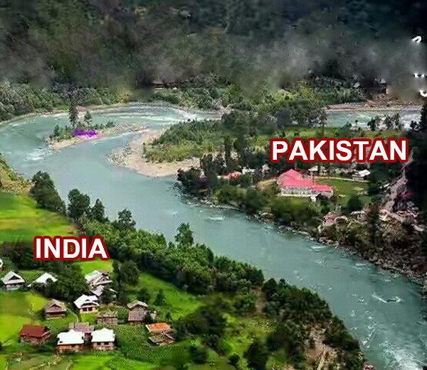 नीलम नदीवर एका बाजूला पाकिस्तान आणि दुस-या बाजूला भारताचे गाव. - Divya Marathi