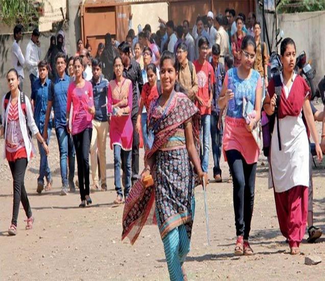 पाेलिसांनी पालकांना बाहेर काढल्यानंतरच विद्यार्थ्यांना परीक्षा हाॅलमध्ये अशा प्रकारे पळत जावे लागले. छाया. दीपक जवकर - Divya Marathi