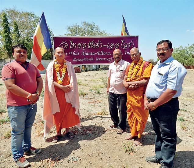 थाई बुद्ध विहाराच्या जागेवर व्यापारी मकरंद आपटे यांनी विहाराचे प्रमुख डॉ. पी. खुमसरन व भदन्त डॉ. जीवक बोधी यांचे पूजन करून आभार मानले. - Divya Marathi