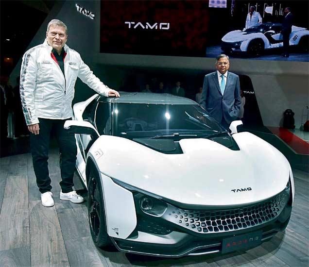 स्पोर्ट््स कार 'रेस्मो'च्या प्रदर्शनावेळी टाटा समूहाचे अध्यक्ष एन. चंद्रशेखरन आणि  टाटा मोटर्सचे एमडी तसेच सीईओ गुंटर बुटचेक. - Divya Marathi