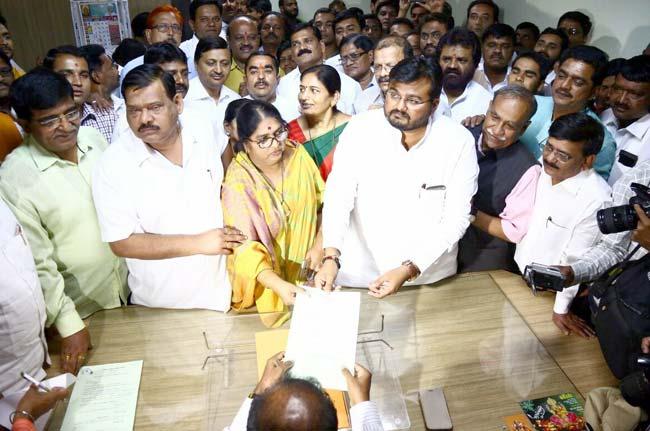 रंजना भन्सी यांनी महापौरपदासाठी तर प्रथमेश गिते यांनी उपमहापौरपदासाठी अर्ज दाखल केला. - Divya Marathi