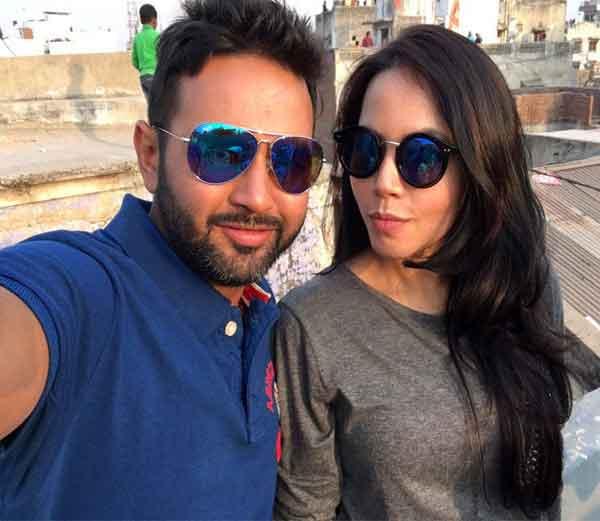 पत्नी अवनीसोबत सेल्फी घेताना पार्थिव पटेल... - Divya Marathi