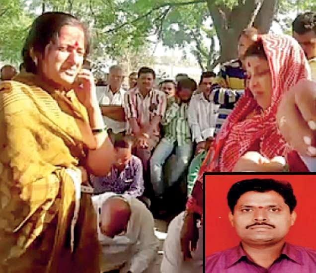 चौधरी यांच्या पत्नी सरस्वती यांचे सांत्वन करताना महिला. (इन्सेट) मृत गजानन चौधरी. (छाया : जमीर शेख ) - Divya Marathi