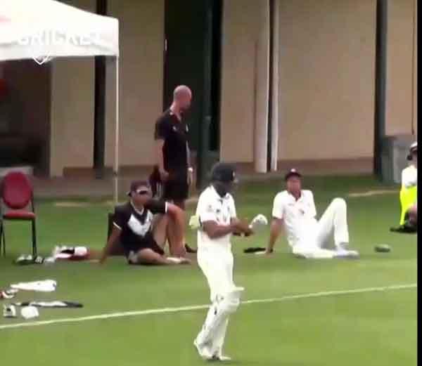 विक्टोरियाचा 11 व्या नंबरचा फलंदाज फवाद अहमद बॅटिंग करण्यास मैदानात उतरला तेव्हा असे काही घडले की, कदाचित क्रिकेटच्या इतिहासात यापूर्वी कधीच घडले नसेल. - Divya Marathi