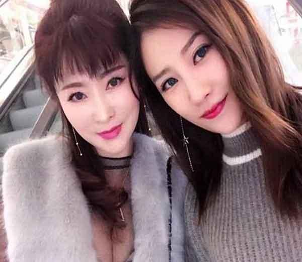 चीनमधील यूननान प्रांतात राहणारी जू (डावीकडील) नावाची ५० वर्षाची महिला आपल्या २५ वर्षाच्या मुलीसमवेत (उजवीकडे) - Divya Marathi