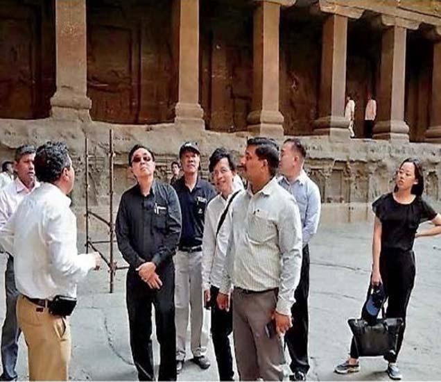 वीरा रोजपोजचनरत यांना वेरूळची माहिती देताना आमोद बसवले पुरातत्त्व विभागाचे डॉ. शिवाकांत वाजपेयी. - Divya Marathi
