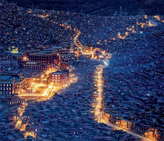 २० हजार बौद्ध भिक्खू आणि नन या संस्थेजवळ राहतात. - Divya Marathi