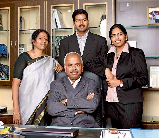 पत्नी सुमति (डावीकडे) दोन मुलांसोबत अरोकीस्वामी वेलुमणी (मध्यभागी) - Divya Marathi