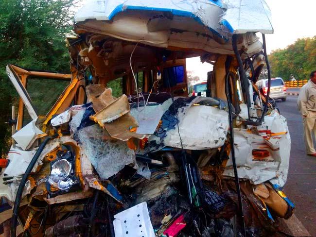 ट्रकला धडकल्यानंतर टेम्पो ट्रॅव्हलरची अशी अवस्था झाली. - Divya Marathi