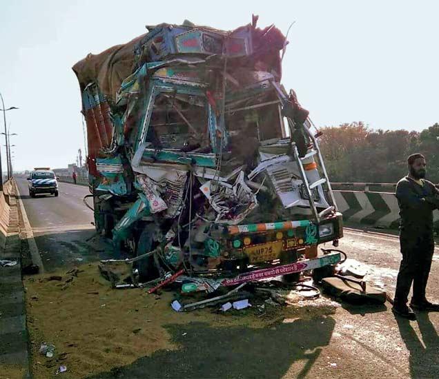 नाशिकच्या द्वारका येथे झालेल्या अपघातात ट्रकचा अक्षरश : चुराडा झाला. - Divya Marathi