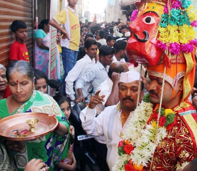 दाजीबा वीराचे यावर्षीचे मानकरी असलेले अमित बेलगावकर यांना पारंपरिक पोशाखाने सजविण्यात आले होते. - Divya Marathi