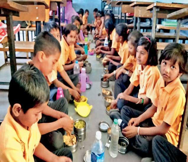 प्रज्ञाशोध परीक्षा सुरू होण्यास विलंब झाल्याने दूरवरून आलेले विद्यार्थी जेवायला बसले. - Divya Marathi