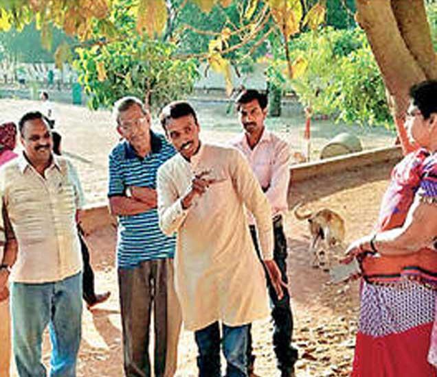 सावेडी येथील जॉगिंग ट्रॅकच्या संरक्षक भिंतीवर काढलेल्या चित्रांची माहिती चित्रकार योगेश हराळे यांनी रविवारी हेरिटेज वॉकमध्ये दिली. - Divya Marathi
