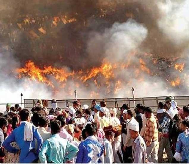 सैलानी यात्रेमध्ये नारळाची पारंपरिक होळी साजरी करण्यात आली. यावेळी होळीत नारळ, बिब्बे, बाहुल्या जाळण्यात आल्या. - Divya Marathi