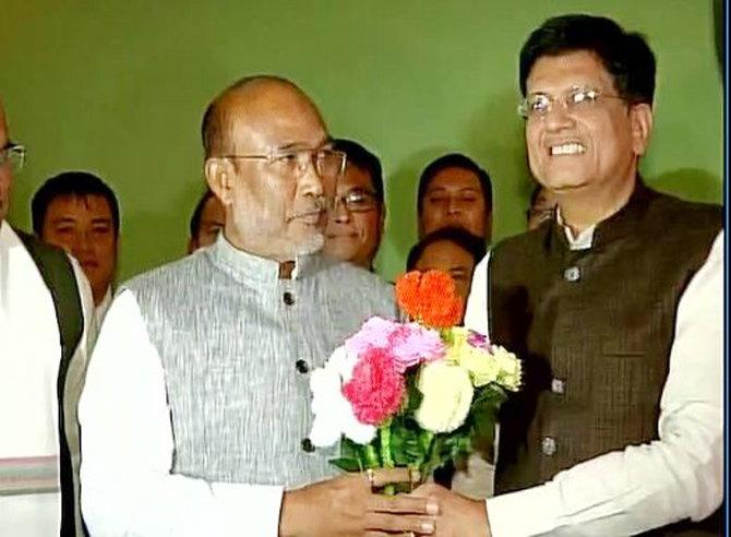 मुख्यमंत्रीपदाचे उमेदवार बीरेन सिंह आणि पीयूष गोयल. - Divya Marathi