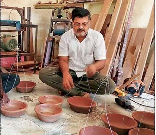 भांड्यांना तार बांधण्याचे सुरू असलेले काम. - Divya Marathi