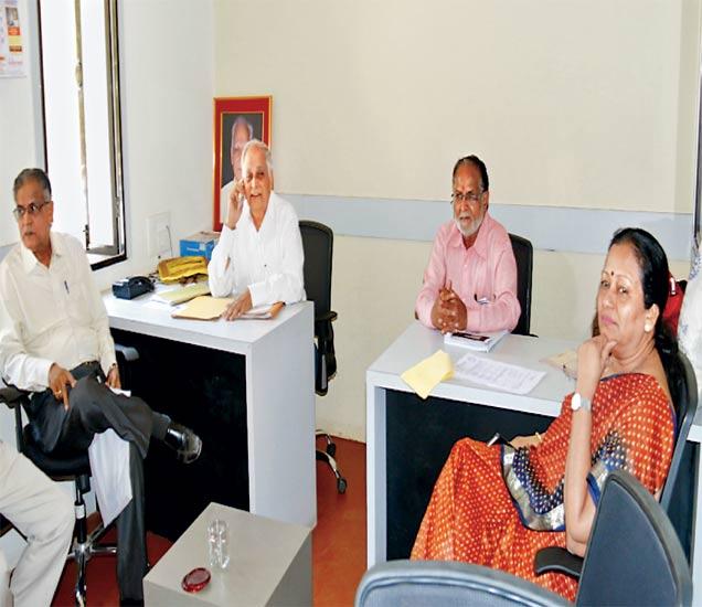 इतर इच्छुक अर्ज दाखल करत असताना अध्यक्षांसह इतरही कार्यकारिणी सदस्य प्रक्रियेवर लक्ष ठेवण्यासाठी बसून राहिले हाेते. - Divya Marathi