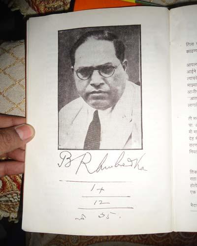 बाबासाहेबांनी भिक्षू सुमेध यांना सहीनिशी भेट दिलेला फोटो. यावर त्यांची सही असून त्यांच्या शैलीमध्ये लिहिलेली तारीखही आहे. - Divya Marathi
