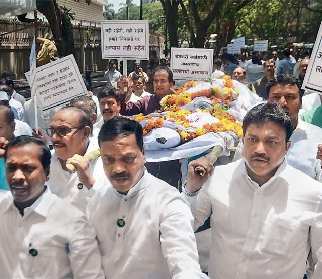 शेतकऱ्यांना कर्जमाफी नाकारणाऱ्या सरकारविराेधात  काॅंग्रेस- राष्ट्रवादीच्या अामदारांनी शुक्रवारी विधानभवन परिसरात प्रतीकात्मक अंत्ययात्रा काढली. - Divya Marathi