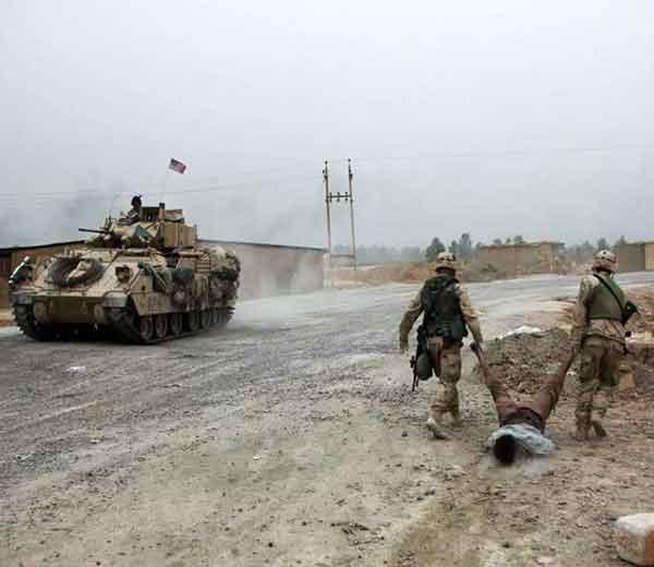 इराकी व्यक्तीचा मृतदेह फरफटत ओडत नेताना अमेरिकन जवान... - Divya Marathi