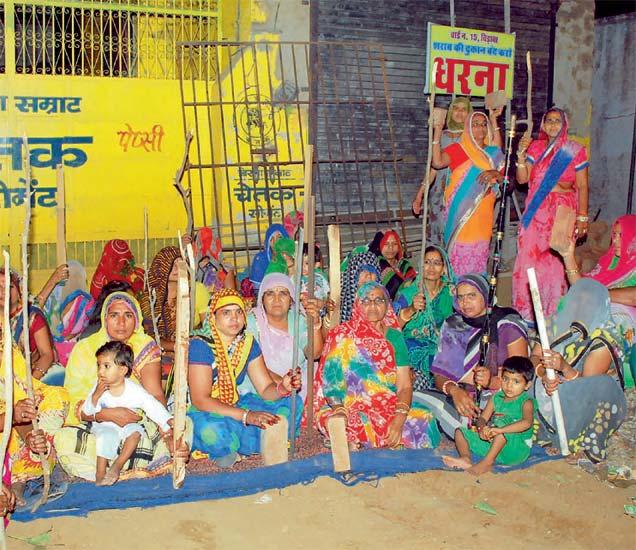 हातात लाठ्या-काठ्या घेऊन या महिलांनी दुर्गावतार धारण केला आहे. - Divya Marathi