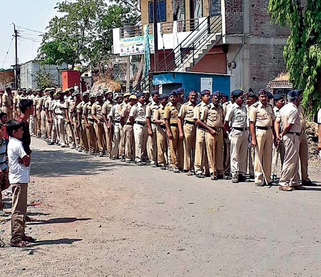 पोलिस प्रशासनाच्या निषेधार्थ शुक्रवारी ईटमध्ये बंद पाळण्यात आला. यादरम्यान पोलिसांनी पथसंचलन केले. - Divya Marathi