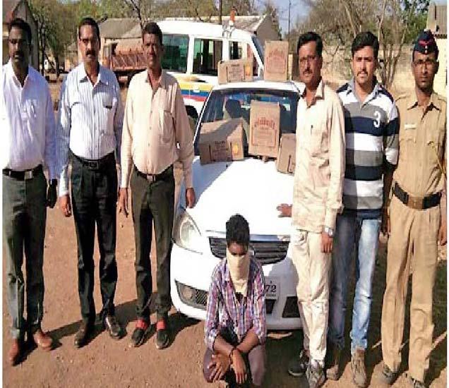 देशी दारुची वाहतूक करणारी इंडिका कार शुक्रवारी सोनई - घोडेगाव रस्त्यार जप्त करण्यात आली. - Divya Marathi