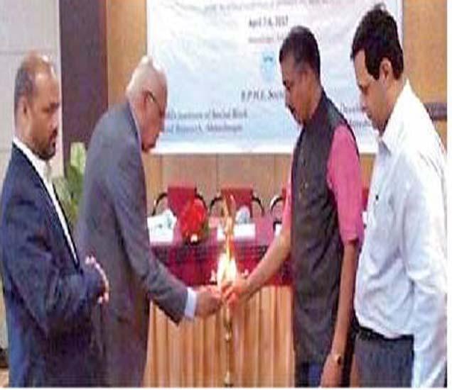 सीएसआरडी आयएमएस आयोजित परिसंवादाचे उद्घाटन करताना प्राचार्य डॉ. पी. व्ही. रसाळ, डॉ. एन. एम. रसाळ, डॉ. सुरेश पठारे डॉ. एम. बी. मेहता. - Divya Marathi