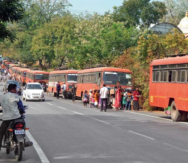 दीड किमी अंतरावर चार ठिकाणी थांबे आहेत. सहलीच्या बसेस रस्त्यावर थांबतात. - Divya Marathi