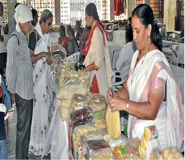 लेवा बोर्डिंग येथे आयोजित खान्देश पापड महोत्सवात पापडांची खरेदी करताना नागरिक. - Divya Marathi