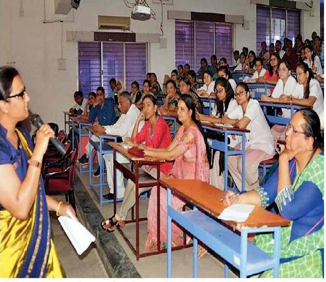 लैंगिक शिक्षणावरील कार्यशाळेत मार्गदर्शन करताना डॉ. विजेयश्री मुठे. - Divya Marathi