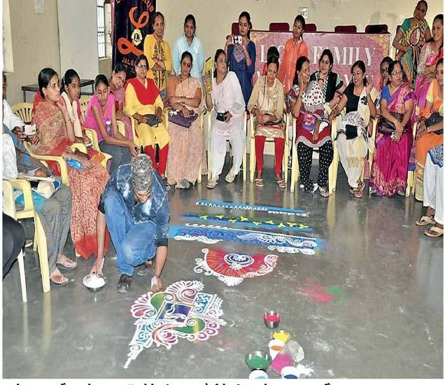 मधुरिमा क्लबतर्फे लायनेस क्लब हॉल येथे महिलांना रांगोळीचे प्रशिक्षण देताना भूषण वर्ळीकर. - Divya Marathi