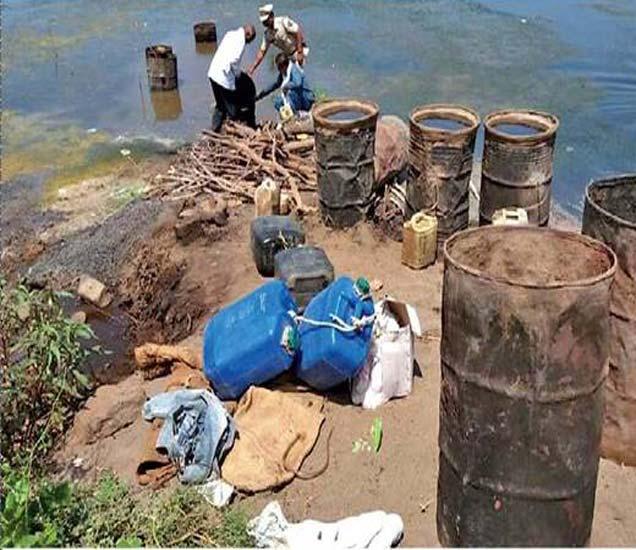 तापी काठावरील गावठी दारूच्या भट्ट्या नष्ट करताना पोलिस कर्मचारी. - Divya Marathi