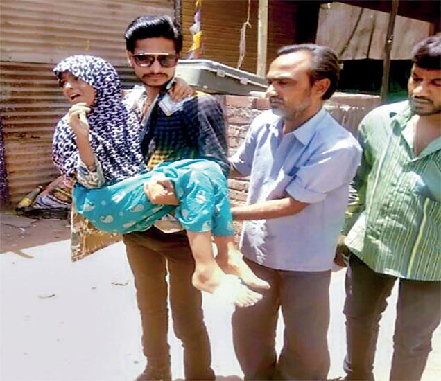 स्फोटात जखमी झालेल्या मुलांना तातडीनेे खासगी रुग्णालयात हलवण्यात आले. - Divya Marathi