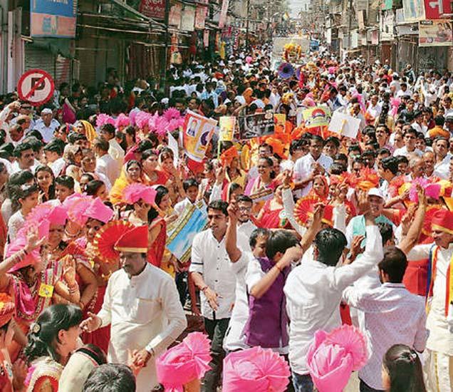 भगवान महावीर जयंतीनिमित्त रविवारी पैठण गेट येथून भव्य शोभायात्रेला प्रारंभ झाला. मिरवणुकीत रथामध्ये महावीरांची प्रतिमा ठेवण्यात आली होती. या वेळी महिला, पुरुषांसह बालगोपाळ भक्तिभाव आणि उत्साहाने सहभागी झाले होते.  (छाया: अरुण तळेकर) - Divya Marathi