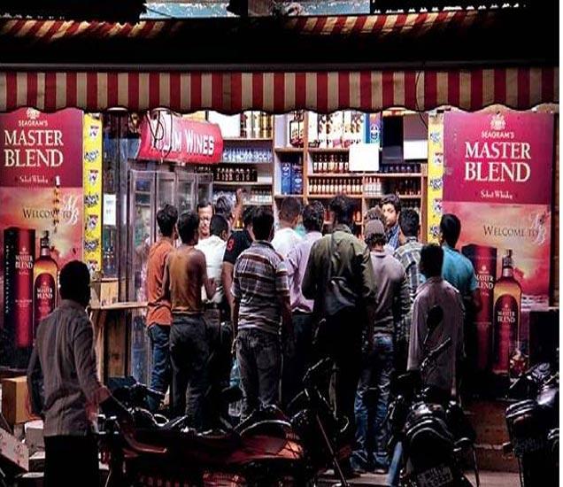 जिल्हाधिकाऱ्यांनी परवानगी दिल्यानंतर सुरू असलेले वाइन शाॅप. - Divya Marathi