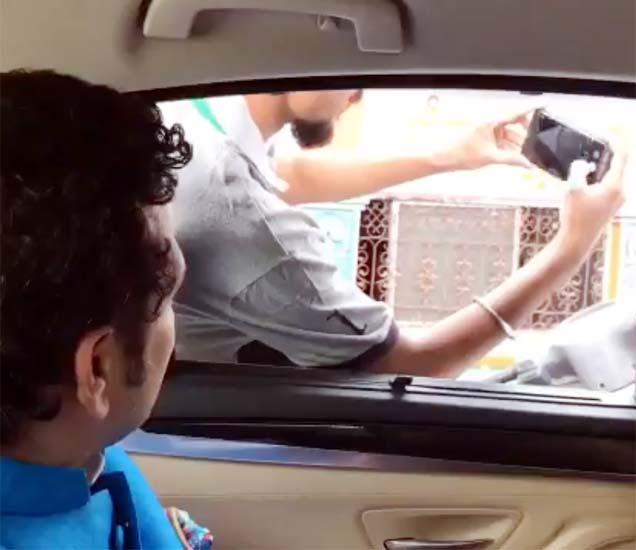 सचिनने त्याच्या ट्वीटर अकाऊंटवर एक व्हिडीओ शेअर केला आहे. त्यात मास्टर ब्लास्टर सिग्नलवर त्याच्या कारच्या बाजुला एका बाईटवर बसलेल्या तरुणांना हेल्मेट परिधान करून गाडी चालवण्याचा सल्ला देताना दिसत आहे. - Divya Marathi